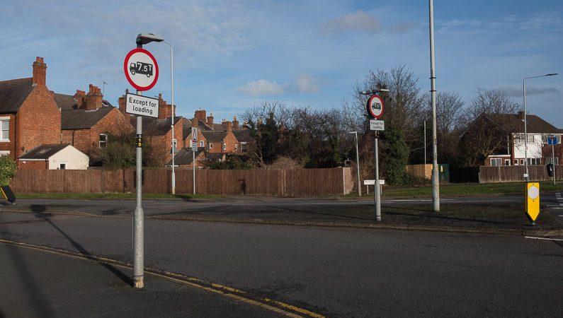 No HGVs over 7.5 tonnes signs